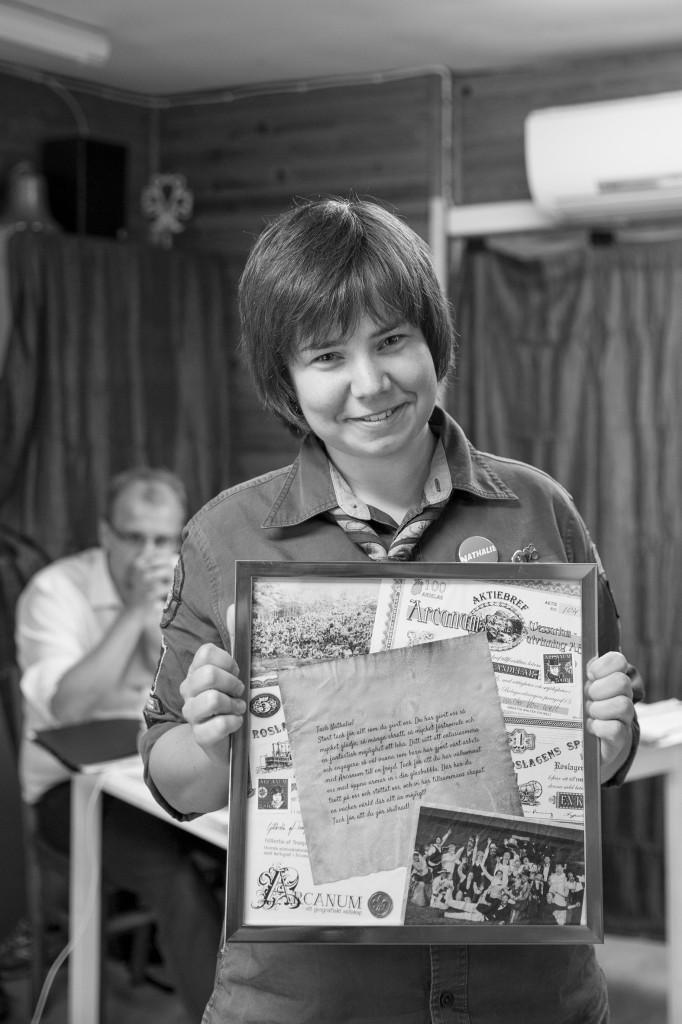 Nathalie C. Andersson får ett tack för sitt arbete med Arcanum. Foto: Christoffer Hagren