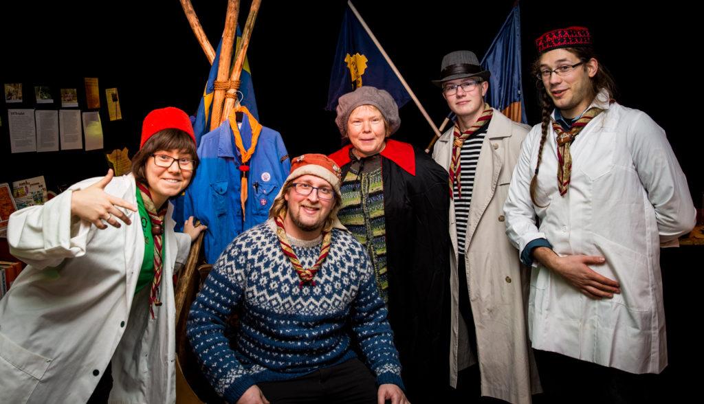 Gränslösas styrelse på studiebesök på en scoutkårs 100-årsmuseum, november 2016. Foto: Björn Wettermark